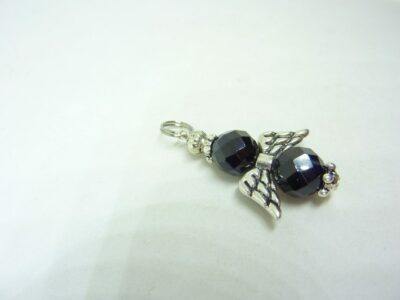 Pendentif Spinelle noir ange protection perles à facettes 8 mm