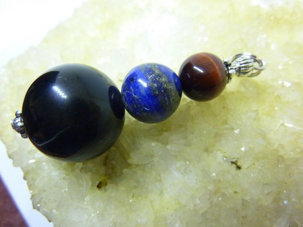 Pendentif protection obsidienne oeil celeste lapis lazuli oeil de taureau