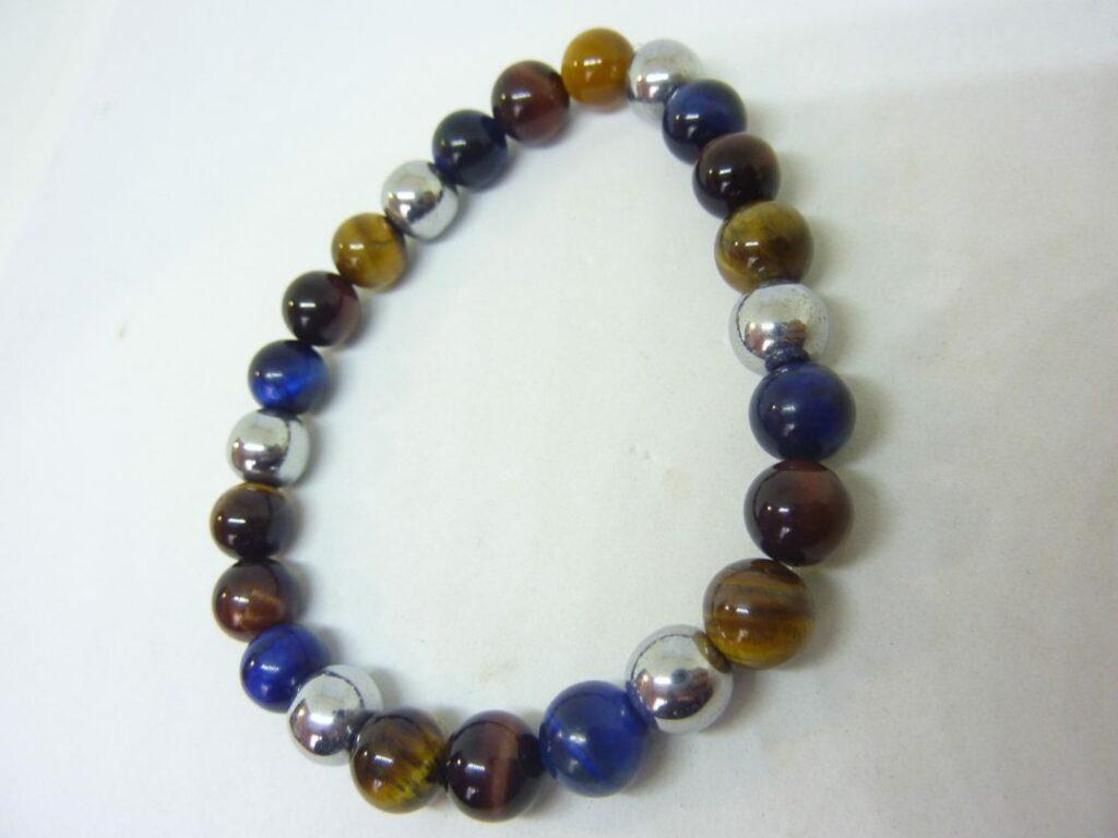 https://bijouxminerauxdegaia.com/magasin/bijoux-en-pierres-naturelles/bracelet-oeil-de-tigre-faucon-taureau-hematite-perles-6-mm/